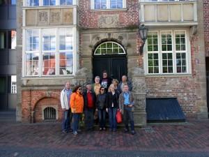 Ju-Jutsu 50plusler auf Tour in Jever Gruppenfoto vor dem Rathaus